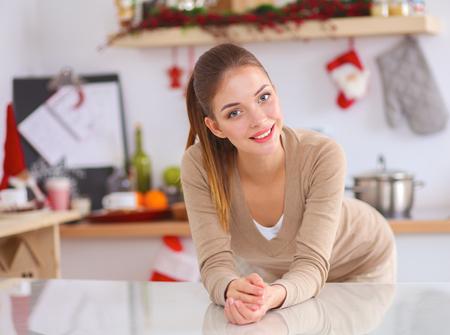 comiendo cereal: Sonriendo atractiva mujer de desayunar en interior de la cocina Foto de archivo