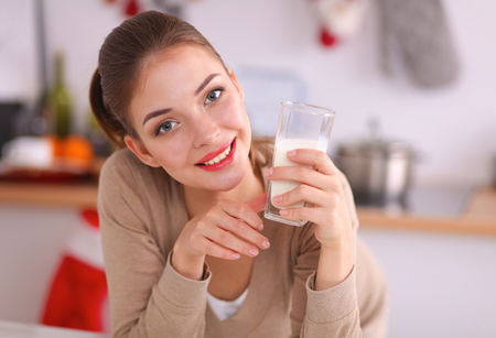 comiendo cereal: Mujer joven feliz con un desayuno saludable en la cocina Foto de archivo