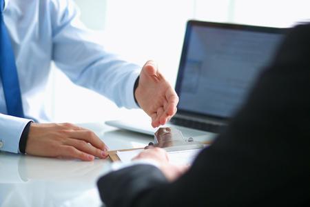 ビジネス握手。ビジネス人握手、会議を終えた