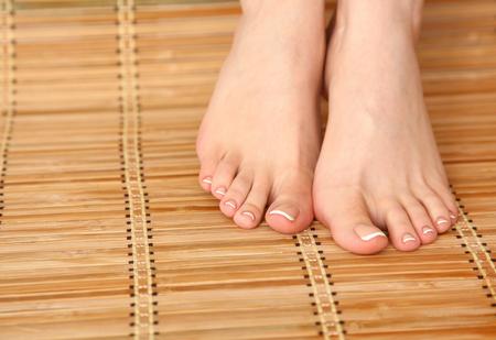 salon de belleza: Cuidado para las piernas hermosas de la mujer en el piso de bambú.