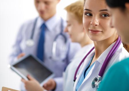 Attractive femme médecin en face de groupe médical. Banque d'images