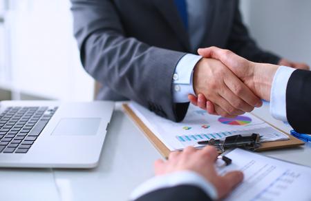 Negocios apretón de manos. La gente de negocios dándose la mano, terminando una reunión Foto de archivo - 43890855