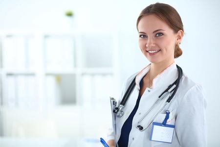Femme docteur, debout avec un stéthoscope à l'hôpital. Banque d'images