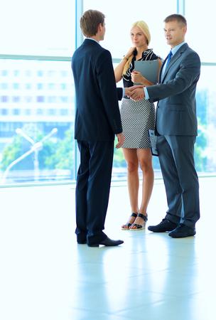La gente de negocios dándose la mano después de reunirse. Foto de archivo - 44683737