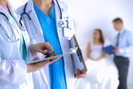 doctores: Doctor de la mujer joven que sostiene una PC de la tableta.