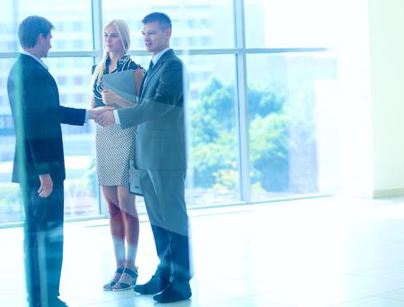 apret�n manos: La gente de negocios d�ndose la mano despu�s de reunirse.