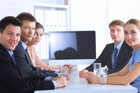 gente reunida: Negocios personas sentadas y discusiones en la reunión de negocios