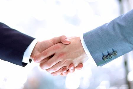 dando la mano: Los hombres de negocios dándose la mano, aislados en blanco. Acercamiento Foto de archivo
