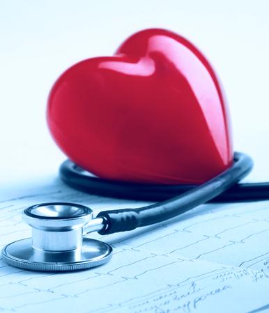 instrumental medico: corazón rojo y un estetoscopio