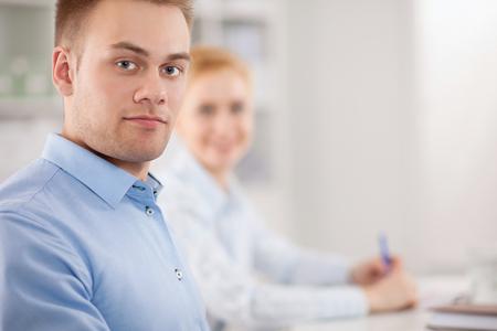 gente reunida: Negocios personas sentadas y discusiones en la reunión de negocios, en la oficina