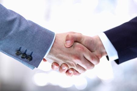 Biznesmeni drżenie rąk, samodzielnie na białym tle.