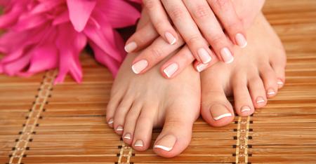 pedicura: Cuidado para las piernas hermosas de la mujer con flor.