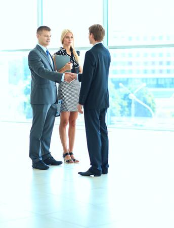 ビジネスの人々 は、会議後に握手します。
