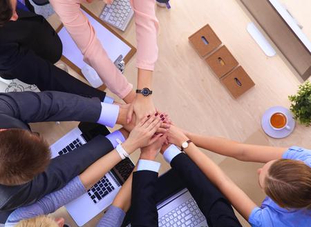 Commercieel team met handen samen - groepswerkconcepten.