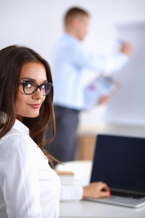principal: atractivo de negocios sentado en el escritorio en la oficina. Foto de archivo
