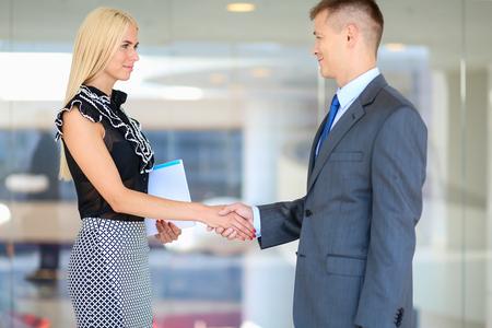 Zakenmensen handen schudden na een ontmoeting in het kantoor Stockfoto