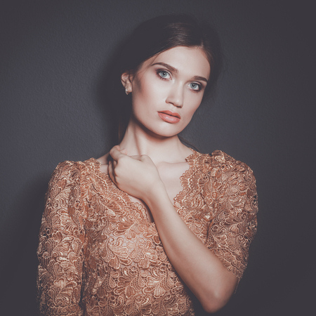 ゴールドのドレスで魅力的な女性
