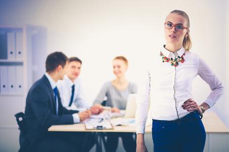 立っているオフィスで働く若い女性の肖像画 写真素材