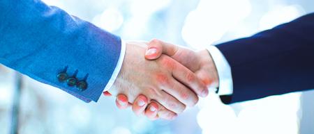 握手、白い背景で隔離のビジネスマン