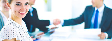 Les gens d'affaires se serrent la main, finissent une réunion Banque d'images - 80470351
