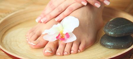 Zorg voor mooie vrouwenbenen op de vloer. Stockfoto
