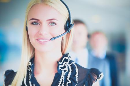 Retrato de operador de telefonía apoyo con el auricular.