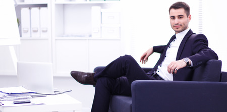 사무실에서 소파에 앉아 사업가