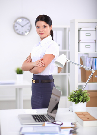 オフィスで働いている若い女性の肖像画 写真素材