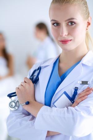 Vrouw arts staan ??met map in het ziekenhuis. Vrouw arts
