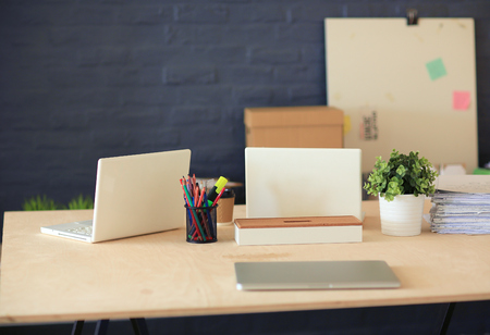 Office workplace with laptop and on wood table 版權商用圖片 - 100913851