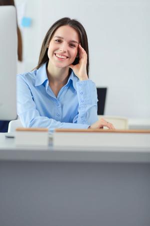 Attraktive Geschäftsfrau, die am Laptop im Büro arbeitet. Geschäftsleute