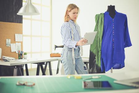 Diseñadora de moda trabajando en sus diseños en el estudio.