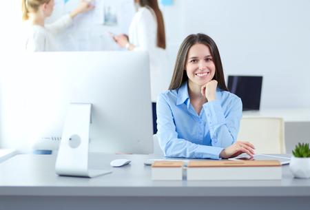 Jolie femme d'affaires travaillant sur ordinateur portable au bureau. Hommes d'affaires