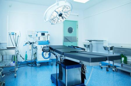 Interior de quirófano en clínica moderna. Foto de archivo