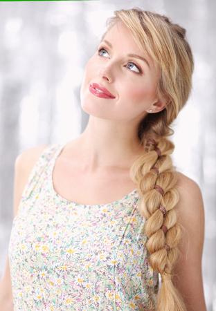Porträt einer schönen sinnlichen Frau mit eleganter Frisur