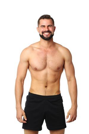 Retrato de un hombre atlético feliz con torso musculoso de pie