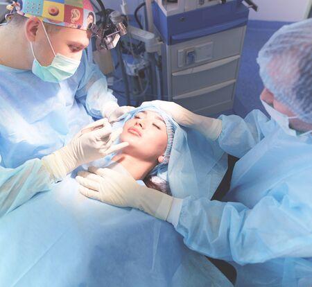 Team chirurgo al lavoro in sala operatoria Archivio Fotografico
