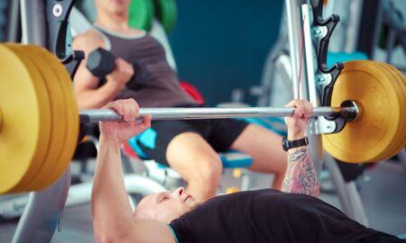 Bodybuilder mit Langhantel im Fitnessstudio. Bodybuilder Standard-Bild