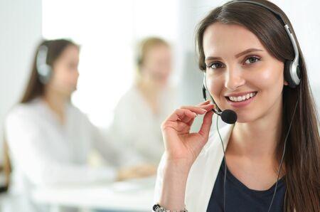 Donna attraente di affari che lavora al computer portatile all'ufficio. Uomini d'affari Archivio Fotografico