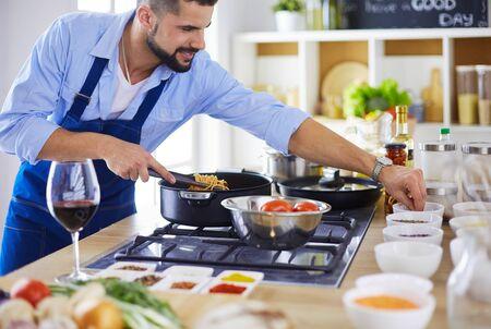 Uomo che prepara cibo delizioso e sano nella cucina di casa