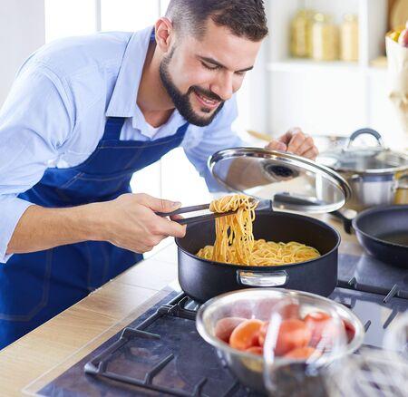 Hombre preparando comida deliciosa y saludable en la cocina de casa
