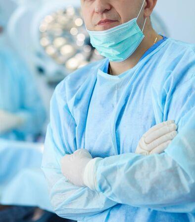 Chirurgien masculin sur fond en salle d'opération.