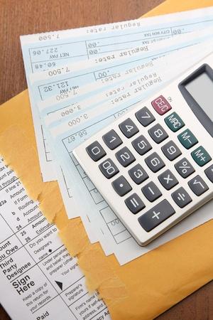 salarios: monedas en el papel de negocio