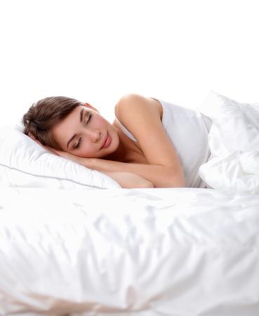 sono: Menina bonita que dorme no quarto, deitada na cama.