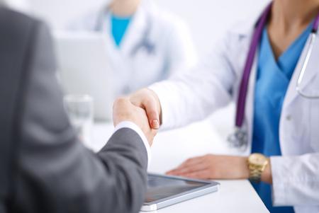 paciente: Médico y paciente aislados sobre fondo blanco. Foto de archivo