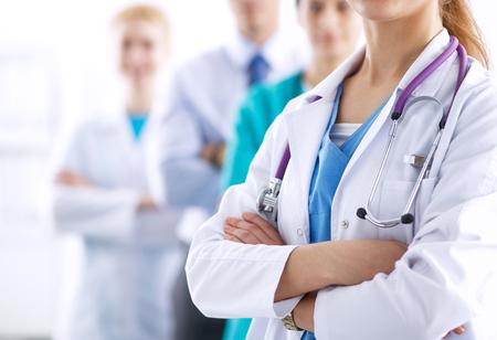 personal medico: Doctora atractivo frente a grupo m�dico. Foto de archivo