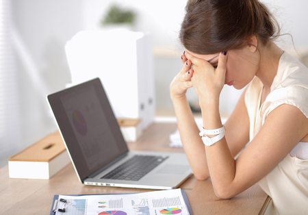 dolor de cabeza: Retrato de mujer de negocios joven cansado con la computadora portátil