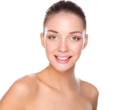 caras: Retrato de la cara hermosa mujer joven. Aislado en el fondo blanco. Foto de archivo