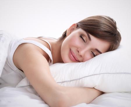 Schöne Mädchen schläft im Schlafzimmer, auf dem Bett. Standard-Bild - 42566000