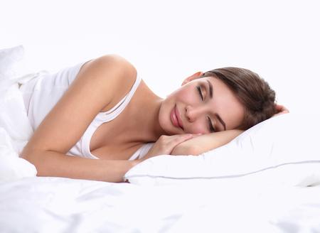 mujer en la cama: Hermosa niña duerme en el dormitorio, acostado en la cama, aislado Foto de archivo